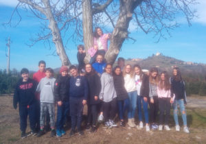 Gli alunni della 2E in posa sotto ad un albero
