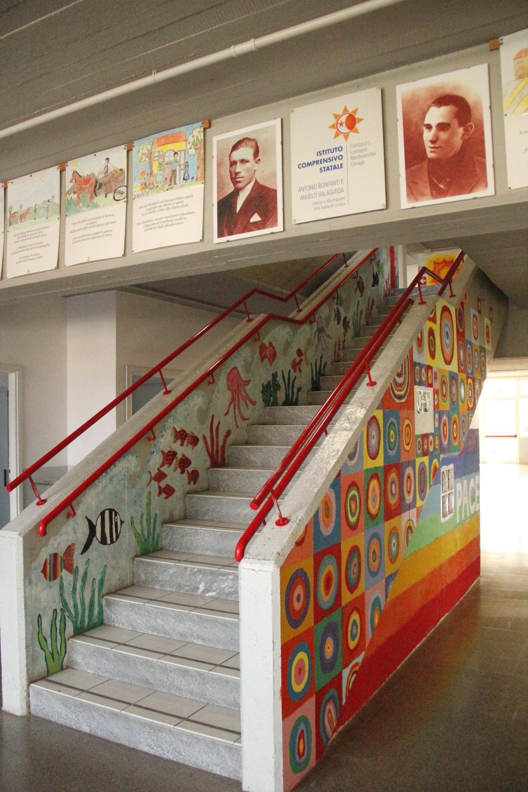 L'ingresso della scuola di Lomagna